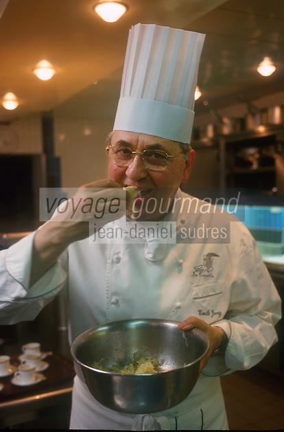 """Europe/France/Alsace/67/Bas-Rhin/Strasbourg: Emile Jung du restaurant """"Le Crocodile"""" 10 rue de la Loutre goute sa choucroute [Non destiné à un usage publicitaire - Not intended for an advertising use] [Non destiné à un usage publicitaire - Not intended for an advertising use]<br /> PHOTO D'ARCHIVES // ARCHIVAL IMAGES<br /> FRANCE 1980"""