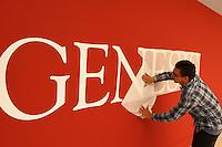 """CURITIBA, PR, 05.11.2014 - SEBASTIÃO SALGADO / EXPOSIÇÃO GÊNESIS / CURITIBA  - Trabalhadores durante a montagem da exposição do fotografo mineiro Sebastião Salgado no Museu Oscar Niemeyer (MON), na tarde desta quarta-feira (05). Sebastião Salgado encontra-se na Cidade de Curitiba para abertura da esposição """"Genesis"""" na ser  realizada no dia 6 de novembro. contecerá no MON, nas salas 4 e 5,  a abertura da exposição """"Genesis"""". Com curadoria de Lélia Wanik Salgado, a mostra traz 245 imagens selecionadas, divididas em cinco seções geográficas. A exposição acontece de  06 de novembro de 2014 a 15 de março de 2015. (Foto: Paulo Lisboa / Brazil Photo Press)"""