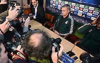 FUSSBALL  CHAMPIONS LEAGUE  ACHTELFINALE  HINSPIEL  2012/2013      CF Real Madrid - Manchester United          12.02.2013 Pressekonferenz Trainer Jose Mourinho (Real Madrid) umringt von Fotografen