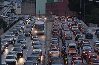 SAO PAULO, 18 DE FEVEREIRO DE 2013. - TRANSITO SP- Transito pesado ligacao leste-oeste, no fim da tarde desta segunda feira, 18, regiao central da capital. (FOTO: ALEXANDRE MOREIRA / BRAZIL PHOTO PRESS).
