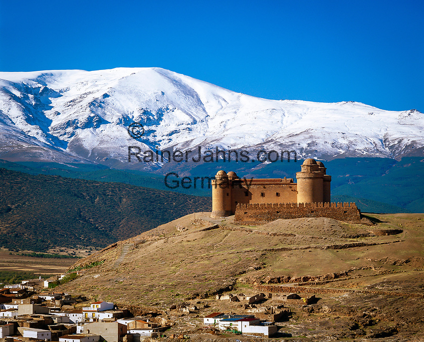 Spanien, Andalusien, Provinz Granada, La Calahorra: Burg La Calahorra vor schneebedeckter Sierra Nevada | Spain, Andalusia, Province Granada, La Calahorra: fortress, castle La Calahorra, snow covered Sierra Nevada