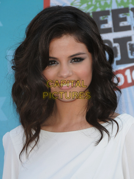 SELENA GOMEZ .Arrivals - Fox Teen Choice 2010 Awards held at Universal Ampitheatre in Universal City, California, USA,.August 8th 2010..portrait headshot wavy hair make-up eyeliner  white smiling .CAP/RKE/DVS.©DVS/RockinExposures/Capital Pictures.