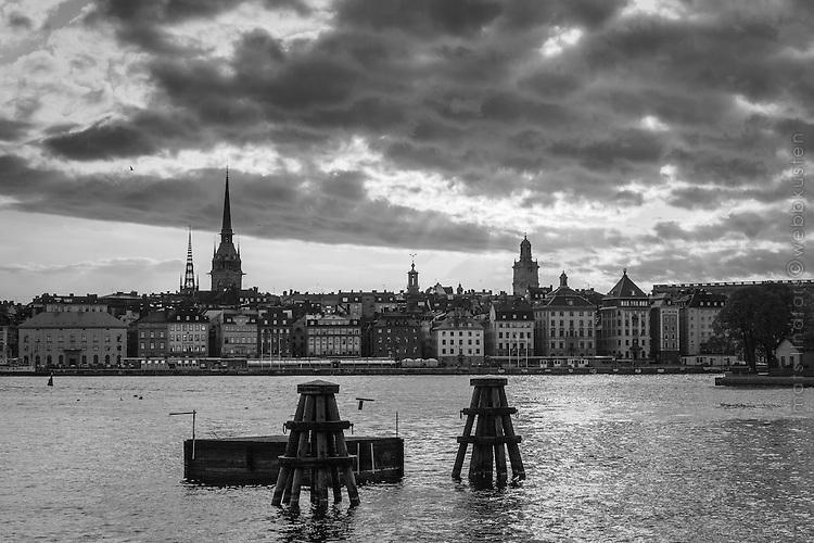 Skeppsbron Gamla stan från vattnet i Stockholm i svartvitt