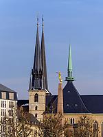 Gotische Kathedrale Notre Dame und Mahnmal Gëlle Fra auf der Place de la Constitutio, Luxemburg-City, Luxemburg, Europa, UNESCO-Weltkulturerbe<br /> Gothic cathedral Notre Dame and Memorial Gëlle Fra on Place de la Constitutio, Luxembourg City, Europe, UNESCO Heritage Site