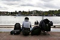 Nederland Amsterdam - 2017 . Man met koffers op het Oosterdok.  Foto Berlinda van Dam / Hollandse Hoogte