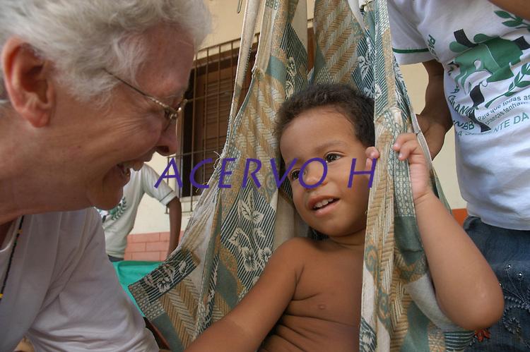 Irmã Jo Anne Depweg, 73 anos, da congregação de Notre Dame, no Brasil desde 1962 atua com a pastoral da criança atendendo mães solteiras e recém nascidos no bairro do Guamá. <br /> Belém, Pará, Brasil.<br /> Foto Paulo Santos