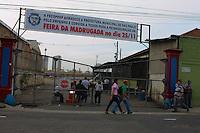 SÃO PAULO. SP - 29/11/2013 - FEIRA DA MADRUGADA - Feira da Madrugada ainda encontra-se fechada para reforma e cadastro de feirantes dos boxes, segundo informação na entrada, a reinalguração era prevista para o dia 25 de Novenbro, mas encontra-se fechada na data de hoje, sexta - feira (29)  Foto Jorge Andrade / BRASIL PHOTO PRESS)