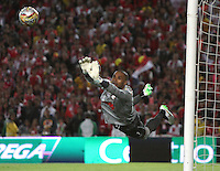 BOGOTA - COLOMBIA - 8-08-2015: Robinson Zapata guardameta  de Independiente Santa Fe  disputa el balon con  Aguilas Doradas  durante partido  por la fecha 5 de la Liga Aguila II 2015 jugado en el estadio Nemesio Camacho El Campin. /Robinson Zapata goalkeeper of Independiente Santa Fe   fights the ball against of Aguilas Doradas during a match for the fifth date of the Liga Aguila II 2015 played at Nemesio Camacho El Campin stadium in Bogota city. Photo: VizzorImage / Felipe Caicedo / Staff.