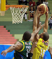 BUCARAMANGA -COLOMBIA, 06-05-2013. Hernández Villamil (D) de Búcaros realiza una clavada en contra Joe Manuel (I) de Bambuqueros durante partido de la fecha 11 fase II de la  Liga DirecTV de baloncesto Profesional de Colombia realizado en el coliseo Vicente Díaz Romero en Bucaramanga./ Hernandez Villamil (R) of Bucaros makes the dunk against Joe Manuel (L) of Bambuqueros during match of the 11th date phase II of  DirecTV professional basketball League in Colombia at Vicente Diaz Romero coliseum in Bucaramanga. Photo:VizzorImage / Jaime Moreno / STR