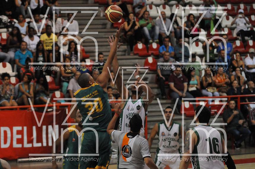 MEDELLÍN -COLOMBIA-11-11-2013. Beykar Aguaslimpia (Der.) jugador de Academia de la Montaña salta por el balón con Miguel Marriaga (Izq.) jugador de Cimarrones del Chocó por la fecha 3 de las semifinales de la Liga DirecTV de Baloncesto 2013-II de Colombia realizado en el coliseo de la Universidad de Medellín./ Beykar Aguaslimpia (R) player of Academia de la Montaña jump for the ball with Miguel Marriaga (L) player of Cimarrones del Choco during match for the 3th date of semifinals of the DirecTV Basketball League 2013-II in Colombia played at Universidad de Medellin coliseum.  Photo:VizzorImage/Luis Ríos/STR