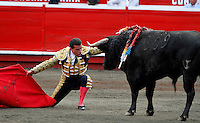 MANIZALES-COLOMBIA. 06-01-2016: Sebastian Vargas, lidiando a Rosquetero de 456kg de la ganadería Mondoñedo durante la segunda corrida como parte de la versión número 60 de La Feria de Manizales 2016 que se lleva a cabo entre el 2 y el 10 de enero de 2016 en la ciudad de Manizales, Colombia. / The bullfighter Sebastian Vargas, struggling to Rosquetero de 456kg during the second bullfight as part of the 60th version of Manizales Fair 2016 takes place between 2 and 10 January 2016 in the city of Manizales, Colombia. Photo: VizzorImage / Santiago Osorio / Cont