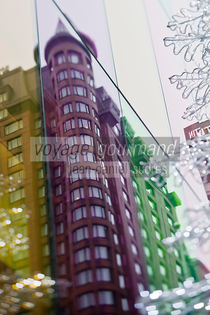 Amérique/Amérique du Nord/Canada/Québec/Montréal: La place Jean-Paul-Riopelle et l'Hôtel Intercontinental vus au travers de la gande façade en lamelles de verre coloré du  Palais des congrès de Montréal