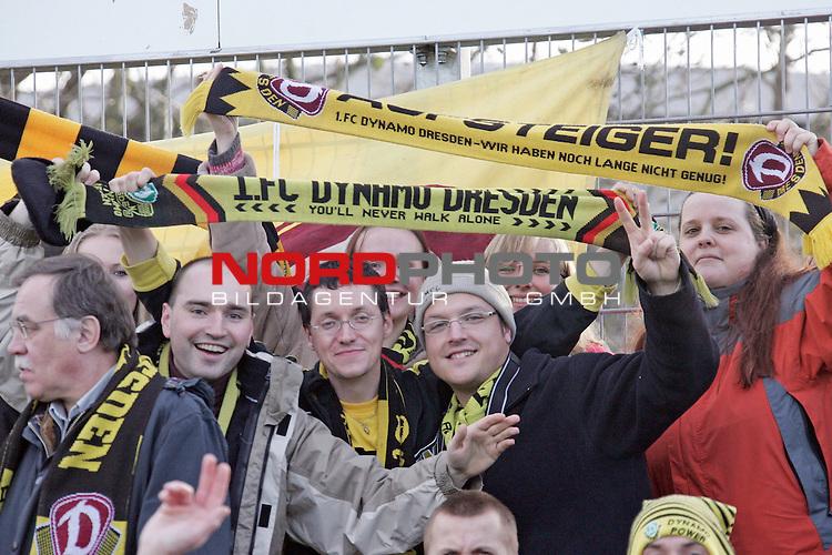 RLN  2006/2007 - 17. Spieltag - <br /> Kickers Emden vs Dynamo Dresden (gelb )<br /> <br /> Dresdner Fan Kurve in Emden - friedliche Fans<br /> <br /> Foto &copy; nordphoto <br /> <br /> <br /> <br />  *** Local Caption ***