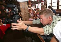 FUSSBALL 1. BUNDESLIGA   SAISON 2012/2013 Die Mannschaft des FC Bayern Muenchen besucht das Oktoberfest am 07.10.2012 Bastian Schweinsteiger macht Fotos in der Kaefer Wiesnschaenke