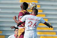 IBAGUÉ -COLOMBIA, 30-01-2016. Marco Perez (Izq) del Deportes Tolima disputa el balón con Fabio Rodriguez (Der) jugador de Rionegro Aguilas durante partido por la fecha 1 de la Liga Águila I 2016 jugado en el estadio Manuel Murillo Toro de Ibagué./ Marco Perez (L) player of Deportes Tolima struggles for the ball with Fabio Rodriguez (R) player of Rionegro Aguilas during match for the date 1 of the Aguila League I 2016 played at Manuel Murillo Toro stadium in Ibague city. Photo: VizzorImage /