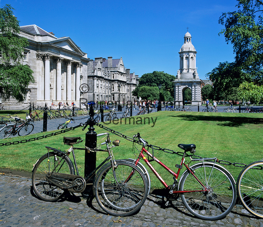 Ireland, Dublin County, Dublin: Trinity College and the Campanile with bicycles in Parliament Square | Irland, Dublin County, Dublin: Trinity College, The Campanile und Fahrraeder am Parliament Square