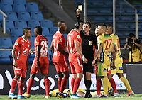 CALI - COLOMBIA, 02-10-2019: Jonathan Ortiz, árbitro, muestra la tarjeta amarilla a Michael Rangel del América durante partido por la fecha 14 de la Liga Águila II 2019 entre América de Cali y Atlético Huila jugado en el estadio Pascual Guerrero de la ciudad de Cali. / Jonathan Ortiz, referee, shows the yellow card to Michael Rangel of Americaduring the match for the date 14 as part of Aguila League II 2019 between America de Cali and Atletico Huila played at Pascual Guerrero stadium in Cali. Photo: VizzorImage / Gabriel Aponte / Staff