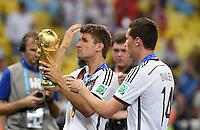 FUSSBALL WM 2014                       FINALE   Deutschland - Argentinien     13.07.2014 DEUTSCHLAND FEIERT DEN WM TITEL: Thomas Mueller (li) und Julian Draxler jubeln mit dem WM Pokal