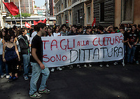 "Studenti in coda alla manifestazione di metalmeccanici a Roma, 9 ottobre 2009, in occasione dello sciopero della categoria indetto dalla Fiom Cgil..Students take part in a demonstration in Rome, 9 october 2009, in occasion of a strike summoned by Fiom Cgil metalworkers union. The banner reads ""Cuts to culture are dictature""..UPDATE IMAGES PRESS/Riccardo De Luca"
