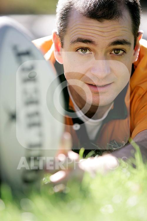 MADRID 31 DE OCTUBRE DE 2007. JON BISPE POSA CON ENQUIPACION DE RUGBY EN EL PARQUE DE ATENAS EN EL CENTRO. (FOTO ALVARO HERNANDEZ).
