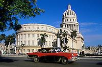 Cuba, Havana: Capitol building with vintage car | Kuba, Havana: Oldtimer vor dem Capitol