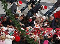 1500 persone partecipano al pranzo di  Natale offerto ai poveri nella Galleria Principe di Napoli<br /> <br /> <br /> People attends   a  charity cristmas lunch for 1500 people at galleria Principe in Naples 24 december, 2013