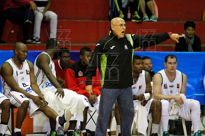 MANIZALES -COLOMBIA, 28-10-2013. Guillermo Moreno entrenador de Manizales Once Caldas da instrucciones durante partidon contra Águilas de Tunja válido por la fecha 33 de la Liga DirecTV de Baloncesto 2013-II de Colombia jugado en el coliseo Jorge Arango de la ciudad de Manizales./ Guillermo Moreno coach of Manizales Once Caldas gives directions during a match with Aguilas de Tunja valid for the 33th date of the DirecTV Basketball League 2013-II in Colombia at Jorge Arango coliseum in Manizales. Photo: VizzorImage / Santiago Osorio / STR