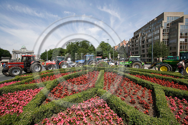 BRUSSELS - BELGIUM - 18 JUNE 2008 -- Hundreds of Farmers from belgian Wallonia went with their tractors to brussels to protest against high fuel cost the day before an EU summit to push leaders for help coping with skyrocketing fuel prices. Here a tractors in a roundabout with flowers.  Photo: Erik Luntang/EUP-IMAGES