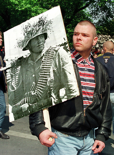 Etwa 4.000 Mitglieder und Sympathiesanten der NPD kamen zu einer Kundgebung vor das Voelkerschlachtdenkmal in Leipzig. Die NPD hatte 10.000 bis 15.000 Teilnehmer angekuendigt.<br /> Hier: Ein Kundgebungsteilnehmer traegt ein Plakat seines Helden ueber den Platz.<br /> 1.5.1998, Leipzig<br /> Copyright: Christian-Ditsch.de<br /> [Inhaltsveraendernde Manipulation des Fotos nur nach ausdruecklicher Genehmigung des Fotografen. Vereinbarungen ueber Abtretung von Persoenlichkeitsrechten/Model Release der abgebildeten Person/Personen liegen nicht vor. NO MODEL RELEASE! Nur fuer Redaktionelle Zwecke. Don't publish without copyright Christian-Ditsch.de, Veroeffentlichung nur mit Fotografennennung, sowie gegen Honorar, MwSt. und Beleg. Konto: I N G - D i B a, IBAN DE58500105175400192269, BIC INGDDEFFXXX, Kontakt: post@christian-ditsch.de<br /> Bei der Bearbeitung der Dateiinformationen darf die Urheberkennzeichnung in den EXIF- und  IPTC-Daten nicht entfernt werden, diese sind in digitalen Medien nach &sect;95c UrhG rechtlich geschuetzt. Der Urhebervermerk wird gemaess &sect;13 UrhG verlangt.]