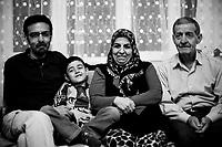 Sehzat a 28 ans, il va bientôt devenir fonctionnaire de l'Etat turc. Il est kurde et très engagé. S'il accepte cet emploi c'est par nécessité. Son père est un ancien cadre du parti kurde. Sehzat s'est jeté du balcon familiale, devant sa mère, en hurlant un slogan politique. Il est vivant après deux ans de chirurgie et reste handicapé. Il vit cela comme une nouvelle naissance.
