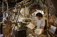 Europe/France/Aquitaine/64/Pyrénées-Atlantiques/Pays-Basque/Isturitz: Michel Amade dans son Musée etnographique Xanxotea