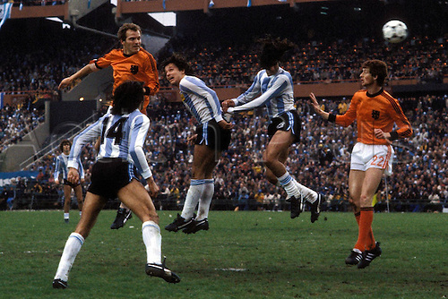 25.06.1978 Willy van de Kerkhof (Holland) challenges Daniel Bertoni and Daniel Passarella during the 1978 world cup finals