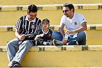 ATENÇÃO EDITOR: FOTO EMBARGADA PARA VEÍCULOS INTERNACIONAIS SÃO PAULO,SP,30 SETEMBRO 2012 - CAMPEONATO BRASILEIRO - CORINTHIANS x SPORT -Torcedores  do Corinthians antes  partida Corinthians x Sport válido pela 27º rodada do Campeonato Brasileiro no Estádio Paulo Machado de Carvalho (Pacaembu), na região oeste da capital paulista na tarde deste domingo (30).(FOTO: ALE VIANNA -BRAZIL PHOTO PRESS).