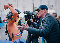 Annemiek van Vleuten (NED/Mitchelton-Scott) retains the rainbow jersey as she once again wins the race<br /> The first people she rushes to to celebrate this victory is her parents...<br /> <br /> WOMEN ELITE INDIVIDUAL TIME TRIAL<br /> Hall-Wattens to Innsbruck: 27.8 km<br /> <br /> UCI 2018 Road World Championships<br /> Innsbruck - Tirol / Austria