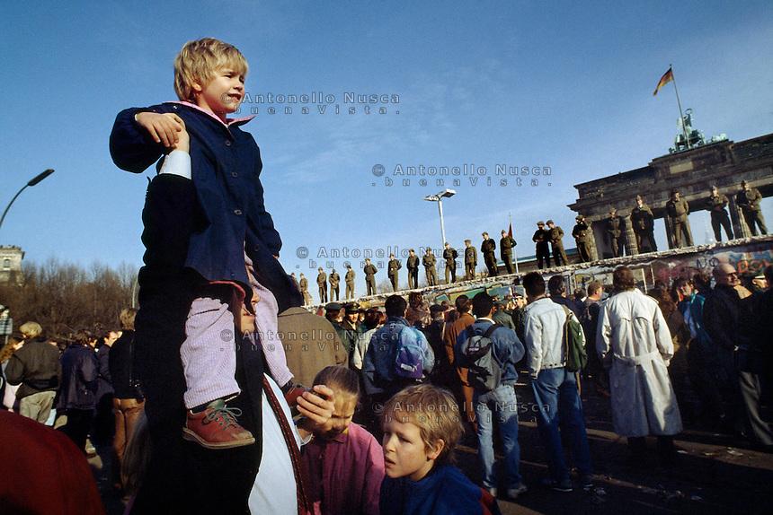 Berlino, 9 Novembre, 1989. Una folla di tedeschi aspettando la caduta del muro davanti la Porta di Brandeburgo.<br /> People waiting in front of the Brandenburg Gate. Ph. Antonello Nusca/Buenavista photo