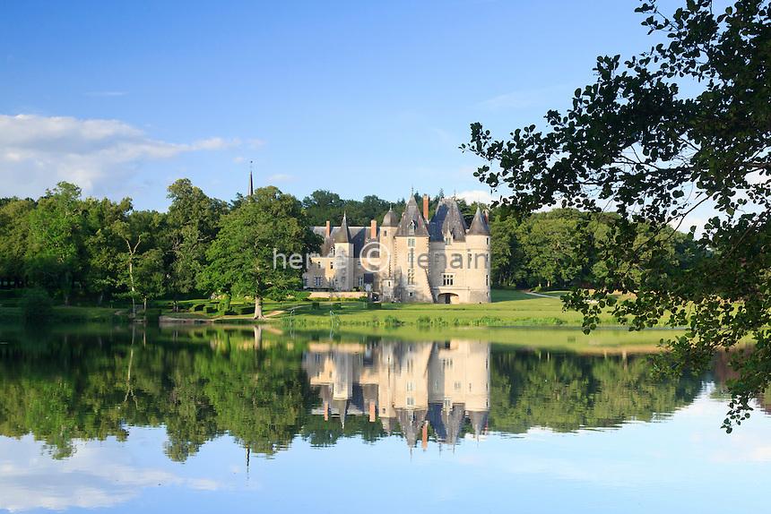 France, Cher (18), Oizon, château de la Verrerie et son étang // France, Cher, Oizon, castla of the Verrerie and his pond