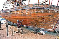Conserto de barco na Praia Mucuripe em Fortaleza, Ceará. 1998. Foto de Juca Martins.