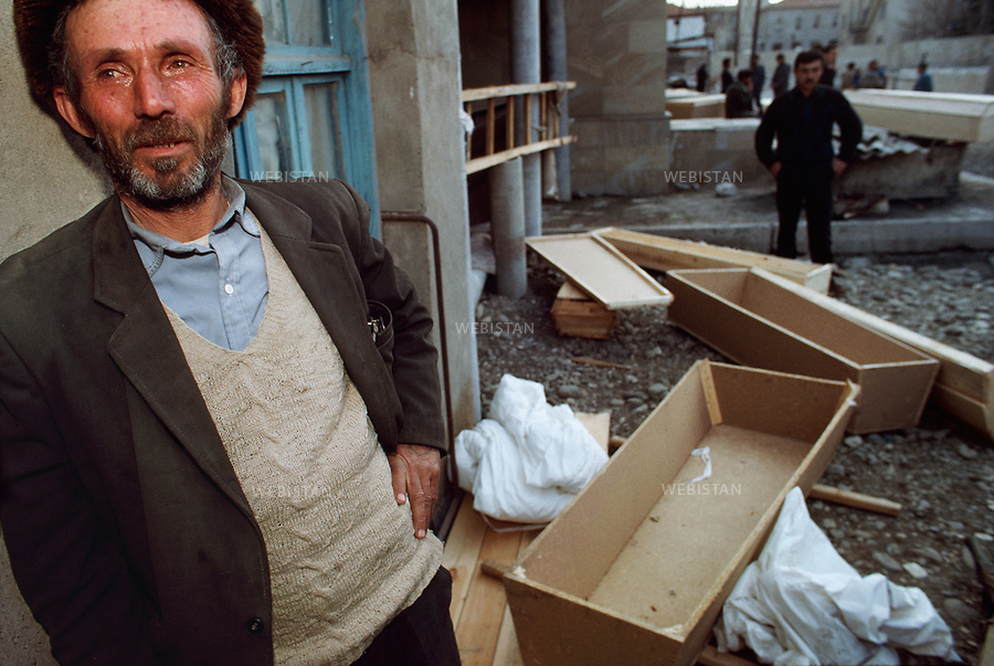 Azerbaijan, Karabakh, Aghdam, February 1992<br /> After the Khojaly massacre, the International Red Cross organized a cease-fire to enable the Red Cross to return the corpses of Azerbaijanis killed. The 2,500 remaining inhabitants (23,757 before the war) found themselves without electricity, heating oil, water, or food and thus sought the safe passage they were promised. Instead, Armenian armed forces and members of the 366 Soviet infantry regiment were waiting to gun them down.As a result of this massacre 613 people were killed, 487 were severely. Those who escaped the gunfire only wounded had to trek through the mountains to safety &ndash; many perished in the cold. 1275 people were taken hostage. Those who survived would visit the mosque of Aghdam, used as a morgue. <br /> A man waits outside the morgue for the body of his dead relative. He has prepared the coffin and white shroud (Kafan) to wrap the body in accordance with Muslim burial rituals.<br /> <br /> Azerbaidjan, Karabakh, Aghdam, Fevrier 1992 <br /> Apres le massacre de Khodjali, la Croix-Rouge internationale organise un cessez-le-feu pour rapatrier les corps des Azerbaidjanais morts. Les 2500 habitants restant (23 757 avant la guerre) se retrouvent sans electricite, mazout pour le chauffage, eau ou nourriture, et cherchent le passage securise promis. Mais les forces armees armeniennes et membres du 366e regiment d'infanterie sovietique attendent en contrebas, armes a la main. 613 personnes sont tuees, dont 487 gravement mutiles. Ceux qui en rechappent traversent les montagnes a pieds, beaucoup meurent de leurs blessures ou du froid. 1 275 personnes sont prises en otage. Ceux qui ont survecu visitent la mosquee d'Aghdam, utilisee comme morgue. <br /> Un homme attend le corps de son parent decede a l'exterieur de la morgue. Il a prepare le cercueil et le linceul blanc (Kafan) pour l'envelopper selon les rites funeraires musulmans.