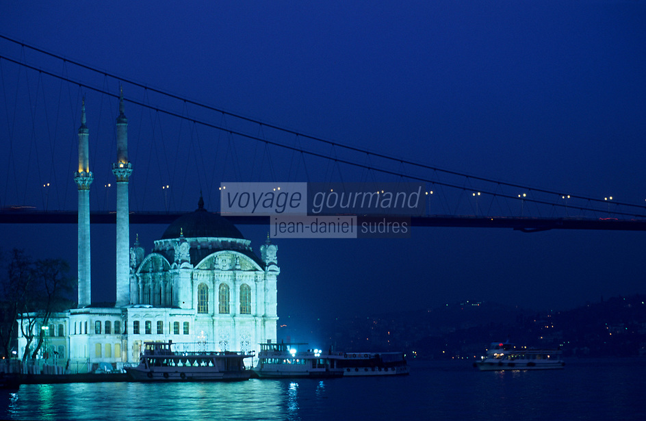 "Europe/Turquie/Istanbul/Ortakoy : La mosquée ""Mecidiye Cami"" et le Bosphore - Le pont vers l'Asie"