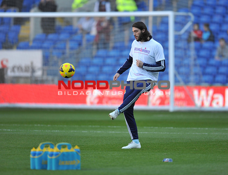 West Ham United&rsquo;s Andy Carroll  warms up after an Eight Month Injury  break.-  11/01/2014 - SPORT - FOOTBALL - Cardiff City Stadium - Cardiff - Cardiff City v West Ham United - Barclays Premier League<br /> Foto nph / Meredith<br /> <br /> ***** OUT OF UK *****