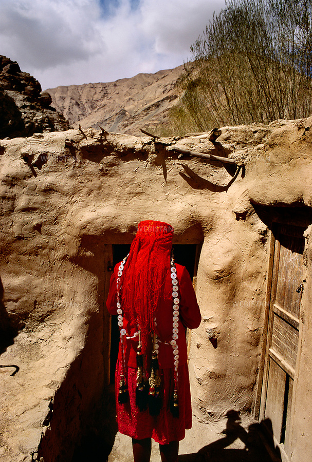 1995. Femme tadjike en tenue traditionnelle vue de dos &agrave; Baldir. / Rear view of a Tajik woman in traditional clothes in Baldir.<br /> HEMIS diffusion
