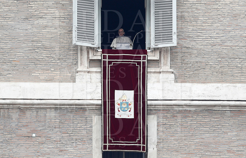 Papa Francesco recita l'Angelus domenicale affacciato su piazza San Pietro dalla finestra del suo studio. Citta' del Vaticano, 14 gennaio 2018.<br /> Pope Francis arrives to recite the Sunday Angelus noon prayer from the window of his studio overlooking St. Peter's Square, at the Vatican, on Vatican, on January 14, 2018.<br /> UPDATE IMAGES PRESS/Isabella Bonotto<br /> <br /> STRICTLY ONLY FOR EDITORIAL USE