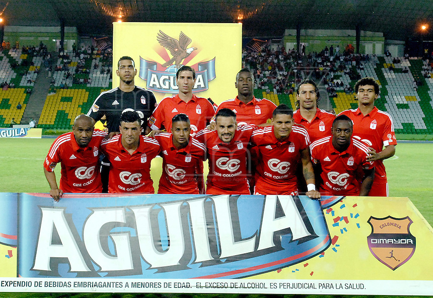 ARMENIA - COLOMBIA -14-10-2015: Jugadores de América de Cali posan para una foto previo al encuentro con Deportes Quindio por la fecha 14 de vuelta del Torneo Aguila 2015 jugado en el estadio Centenario de la ciudad de Armenia./ Players of America de Cali pose to a photo prior the match against Deportes Quindio for the second leg date 14 of Aguila Tournament 2015 played at Centenario stadium in Armenia city. Photo: VizzorImage/ Gabriel Aponte / Staff