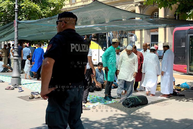 Roma, 9 Agosto 2019<br /> la comunità bengalese musulmana di Roma prega all'aperto in Piazza Vittorio per chiedere libertà di culto
