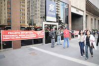 SAO PAULO, SP,04 de julho 2013-  PROTESTO/O Sindicato dos Bancários e Financiários de São Paulo, Osasco e Região São Paulo realiza protesto fechando agências bancárias na Avenida Paulista, na manhã desta quinta- feira(04), contra a aprovação do PL 4330. Segundo os sindicalistas, o projeto de lei facilitaria e regulamentaria a terceirização fraudulenta e ameaçaria os empregos da categoria. ADRIANO LIMA / BRAZIL PHOTO PRESS).