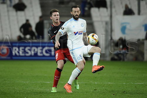 18.02.2016. Marseille, France. UEFA Europa league football. Marseille versus Athletic Bilbao.  Laporte (bilbao) is shielded from the ball by Fletcher (OM)