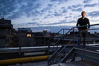 Roma, Lazio, 22.11.2014. Den italienske journalisten Lirio Abate har i en årrekke levd med døgnkontinuerlig væpnet politieskorte, og pansret bil. Det har blitt avverget flere attentatforsøk på han grunnet hans utrettelige fokus på organsisert kriminalitet i Italia. Bilder til feature om båndene mellom Vatikanet, Ndrangheta og den italienske stat. Foto: Christopher Olssøn.