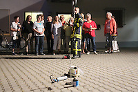 Goddelau 07.09.2016: Landfrauen besichtigen die Goddelauer Feuerwehr<br /> Tim Steinmann erkl&auml;rt den Landfrauen die Demonstration des Fettbrands<br /> Foto: Vollformat/Marc Sch&uuml;ler, Sch&auml;fergasse 5, 65428 R'eim, Fon 0151/11654988, Bankverbindung KSKGG BLZ. 50852553 , KTO. 16003352. Alle Honorare zzgl. 7% MwSt.