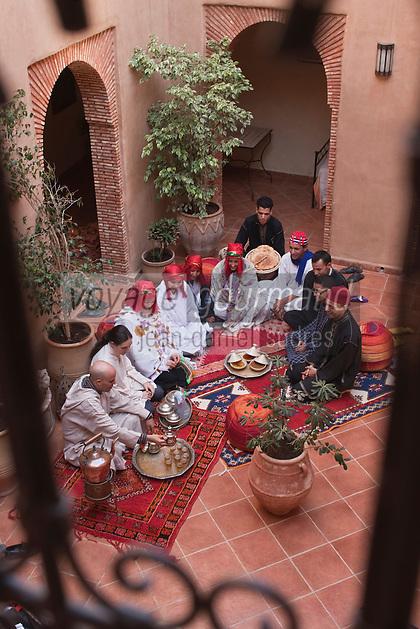 Afrique/Afrique du Nord/Maroc/Province d'Agadir/Tighanimine Elbaz: Ecolodge Atlas Kasbah - Hassan et son épouse Hélène et leur équipe : Service du thé