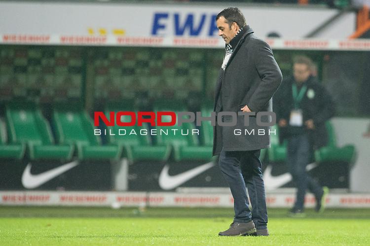07.12.2013, Weser Stadion, Bremen, GER, 1.FBL, Werder Bremen vs Bayern Muenchen, im Bild<br /> <br /> Entaeuschung, NIederlage, gestik, Mimik,<br /> <br /> Robin Dutt (Trainer Werder Bremen)<br /> <br /> <br /> Foto &not;&copy; nordphoto / Kokenge